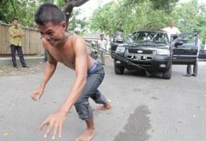 Anak Medan, Tarik Mobil denganGigi